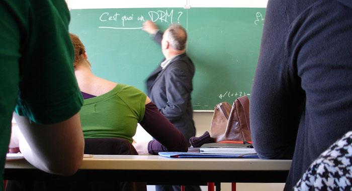 Enseignant écrivant au tableau