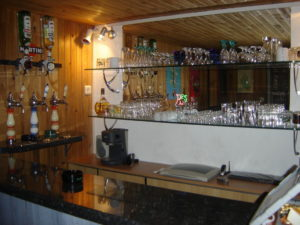 Stockage des verres et juke-box intégré