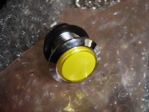Un bouton chromé et lumineux