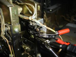 Le switch vissé à l'équerre et analysé au testeur