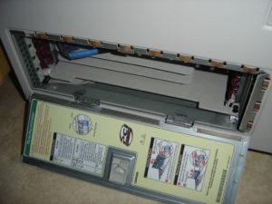 Bien vu, la petite trappe sur le côté permettant d'accéder aux slots PCI sans avoir à démonter toute la carcasse.