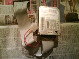 Le disque dur et son adaptateur, prêt à être connecté