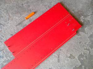 Le panneau à traiter (à gauche) est positionné à côté de la chute (à droite).