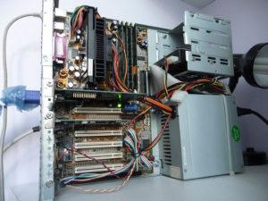 Assemblage déstructuré et compacté des composants informatiques vieillots (Pentium de première génération)