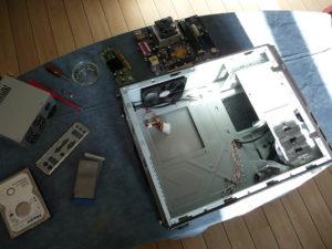 Préparation au montage du matériel de récup' dans un beau et mince boîtier neuf