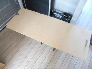 Le panneau de bois qui va masquer l'ensemble, dans sa forme plus ou moins définitive.